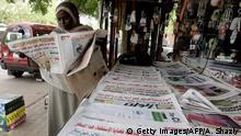 Sudan Khartum 2010 | Frau mit Zeitung
