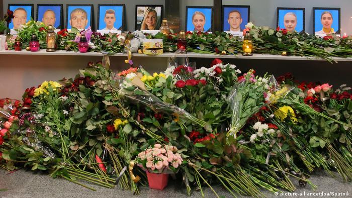 У Борисполі небайдужі залишають квіти біля портретів загиблих в авіакатастрофі українського лайнера в Ірані