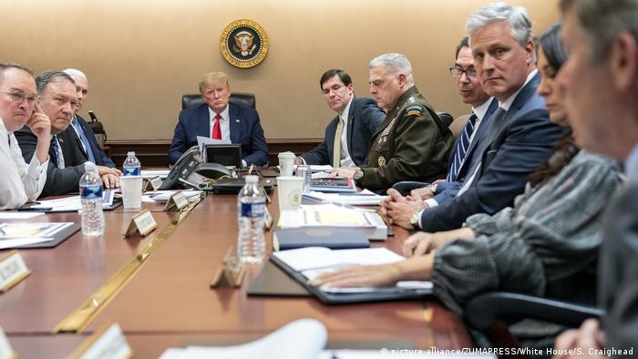 US-Präsident Donald Trump (4. v. r.) mit Regierungsmitgliedern und Beratern im Weißen Haus