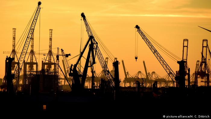 Apus de soare în portul din Hamburg