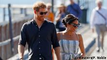 Britain's Prince Harry and Meghan, Duchess of Sussex, arrive to greet members of the public in Kingfisher Bay on Fraser Island in Queensland, Australia October 22, 2018 (Reuters/P. Noble)