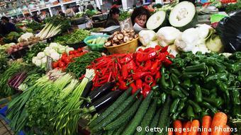 На рынке в Ухане можно приобрести не только привычные продукты питания, но и экзотических животных, морских гадов, насекомых