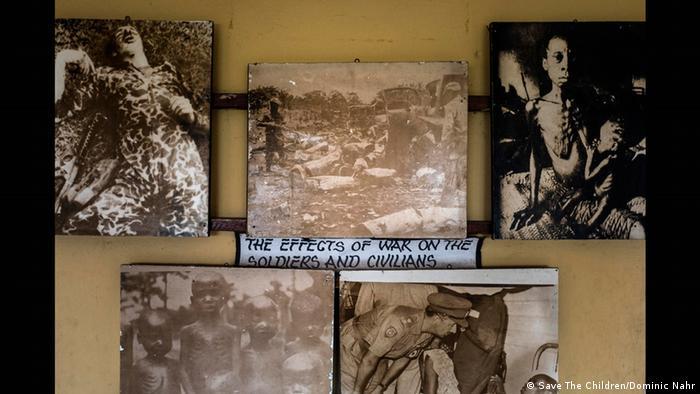 Fotos des Krieges an einer Wand (Foto: Save The Children/Dominic Nahr)
