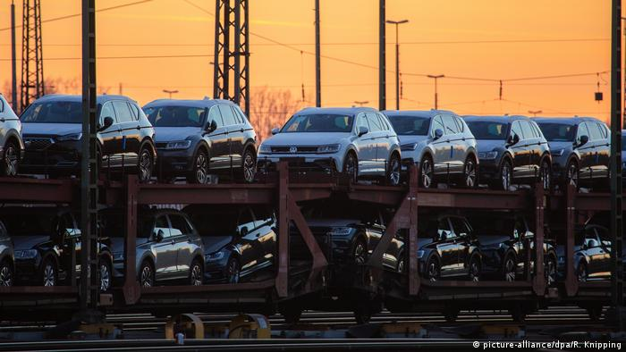 Volkswagen cars being transfered (picture-alliance/dpa/R. Knipping)