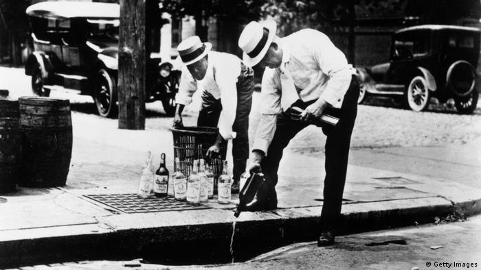 Двама мъже унищожават алкохол по време на сухия режим в САЩ