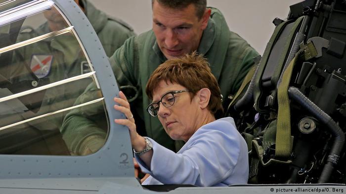 Minister obrony i szefowa CDU Annegret Kramp-Karrenbauer w kokpicie Eurofightera