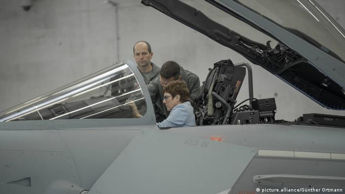 Annegret Kramp-Karrenbauer im Cockpit eines Eurofighters (picture.alliance/Günther Ortmann)