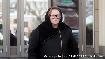 Юлия Ауг у здания Московского городского суда, февраль, 2018 год