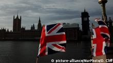 Union Jacks at the Houses of Parliament in London (picture-alliance/NurPhoto/D. Cliff)