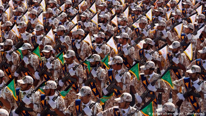 Iran Teheran 2014 | Revolutionsgarde Parade (picture-alliance/dpa/A. Taherkenareh)