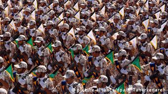 Iran Teheran 2014 | Revolutionsgarde Parade (picture-alliance/dpa/A. Taherkenareh)