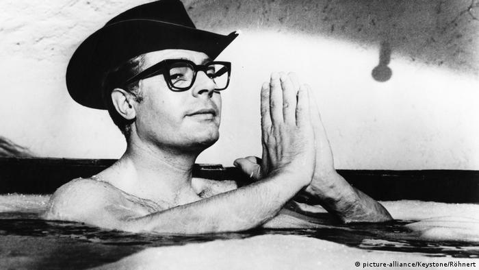 man sits in a bath with a hat and glasses (1963) (picture-alliance/Keystone/Röhnert)