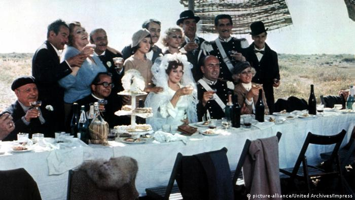 a marriage party toasts (picture-alliance/United Archives/Impress)