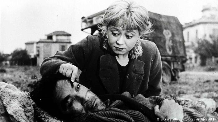 A young girl cares for a man in La Strada (picture-alliance/United Archives/IFTN)