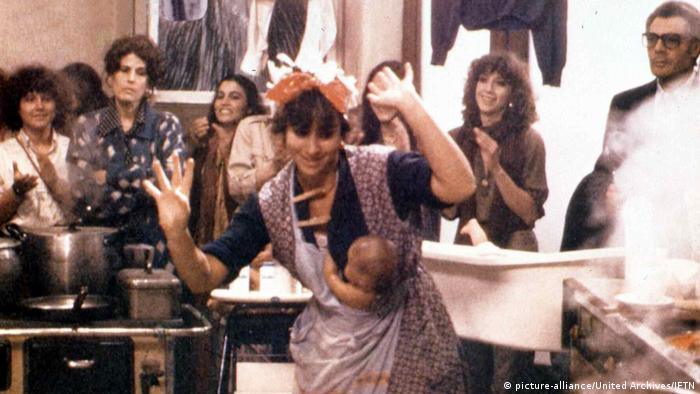 a woman dances with her baby (picture-alliance/United Archives/IFTN)
