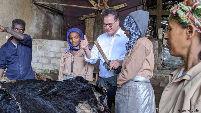 Äthiopien Addis Abeba Bundesentwicklungsminister Gerd Müller besucht Frauen in Gerberei