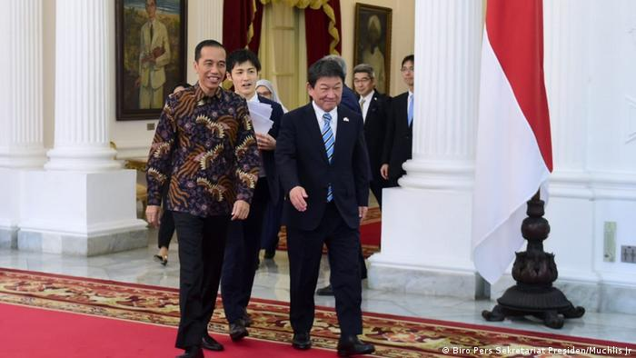 Indonesian President Joko Widodo, Japanese Foreign Minister Toshimitsu Motegi and SoftBank CEO Masayoshi Son