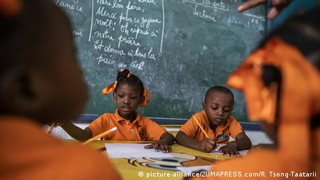 Primary school students in a school in Haiti (picture-alliance/ZUMAPRESS.com/R. Tsong-Taatarii)