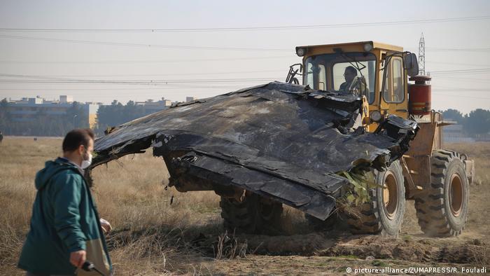 Iran Teheran | Sucharbeiten nach Flugzeugabsturz (picture-alliance/ZUMAPRESS/R. Fouladi)
