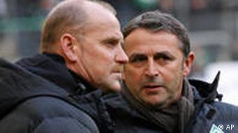 Bremens Trainer Thomas Schaaf im Gespräch mit Manager Klaus Allofs (Foto: AP)