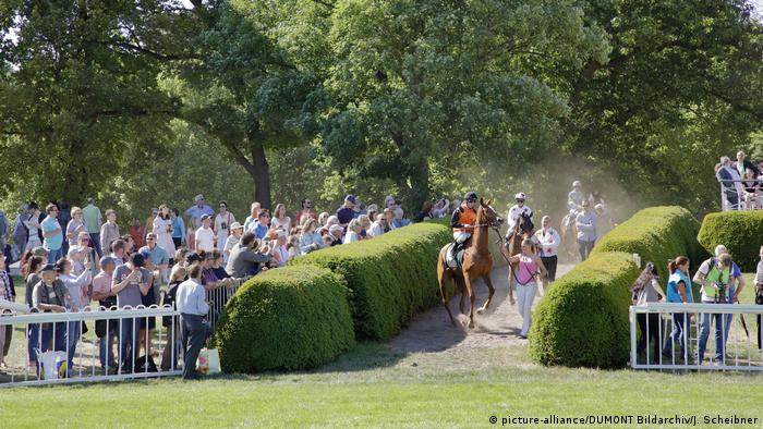 Germany Hoppegarten racecourse in Brandenburg (picture-alliance/DUMONT Bildarchiv/J. Scheibner)
