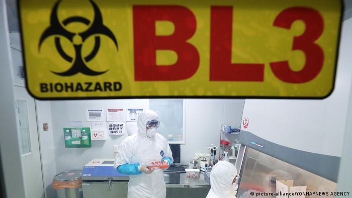 Personas con ropa de protección en un laboratorio.