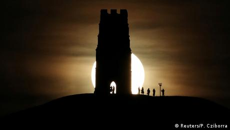 BdTD Großbritannien Glastonbury Tor & Vollmond (Reuters/P. Cziborra)