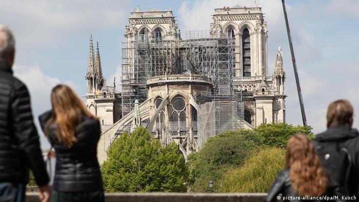 An der Kathedrale Notre-Dame steht ein Baukran und ein großes Baugerüst.