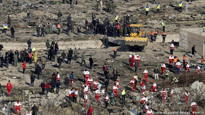 Rescue workers search the wreckage of a crashed Ukrainian International Airlines flight outside Tehran (picture-alliance/AP Photo/E. Noroozi)