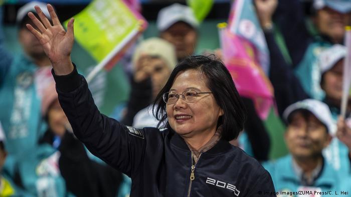 Taiwan 2020 | Tsai Ing-wen waves to a crowd