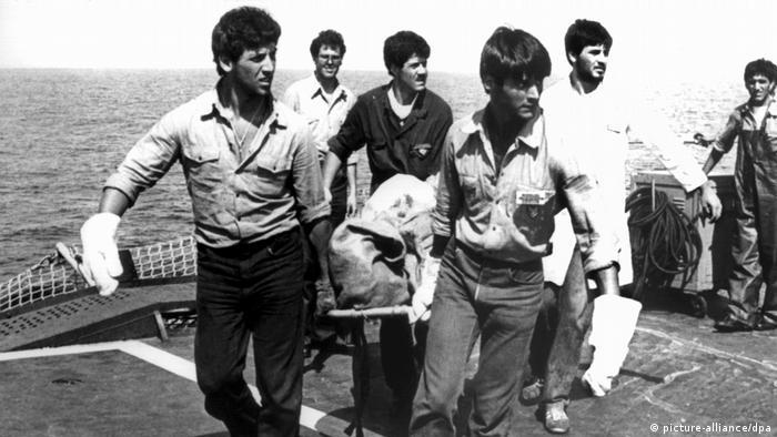 یک هواپیمای مک دانل داگلاس دی سی – ۹ متعلق به ایتالیا در شمال سیسیل در دریا سرنگون شد. همه ۸۱ سرنشین هواپیما جان باختند. در آن زمان در آن منطقه رزمایش بزرگی توسط ناتو در حال انجام بود. مقامات ایتالیایی در ابتدا از یک سانحه سخن گفتند اما بعدا در جنوب ایتالیا لاشهی هواپیمای شکاری لیبی پیدا شد. یکی از چندین فرضیهای که درباره سقوط هواپیمای ایتالیایی وجود دارد این است که هواپیمای مسافربری در حین تنبهتن هوایی میان فرانسه، لیبی و جتهای آمریکایی، هدف موشک قرار گرفته و سرنگون شده است.
