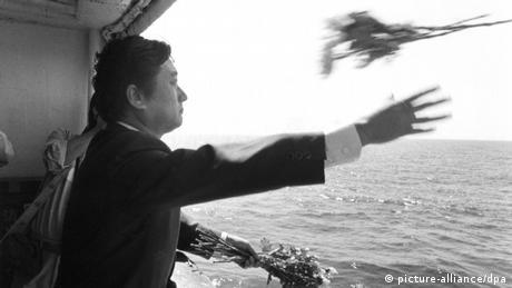 یک هواپیمای بوئینگ ۷۴۷ کرهی جنوبی به دلیل آنچه نیروی هوایی شوری سابق در آن زمان آنرا تجاوز به حریم هوایی خود خواند، توسط یک جت جنگنده بر فراز دریای ژاپن سرنگون شد. تمامی ۲۶۹ سرنشین هواپیما جان باختند. (در تصویر یکی از مقامات خطوط هوایی KAL که به یاد قربانیان این حادثه دسته گلی را به آبها میسپارد)