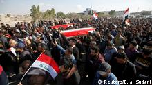 Irak Basra Trauer um getötete Journalisten Ahmed Abdulsamad und Safa GhaliMourners carry mock coffins for Ahmed Abdulsamad and Safa Ghali, local journalists at Dijla TV station, who were killed by gunmen as they were covering protests, at a symbolic funeral in Basra