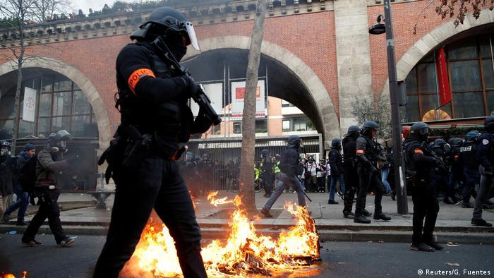 Polícia entra en confronto com manifestantes que protestam contra reforma da Previdência de Macron