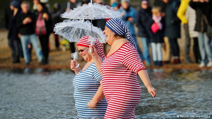 BdT - Traditionelles Winterschwimmen in Berlin (Reuters/H. Hanschke)