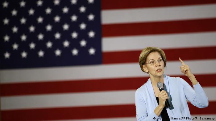 Elizabeth Warren ispred američke zastave
