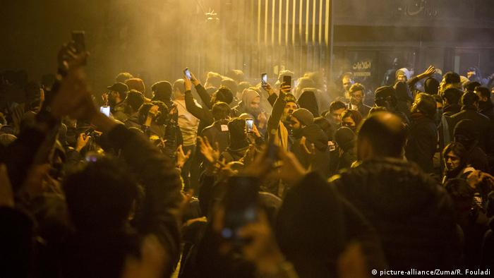 Iran: Mass protests call for leaders to resign