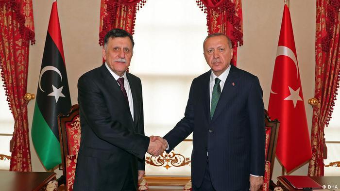 Presidente turco, Erdogan, e premiê da Líbia, Fayez al-Sarraj, em aperto de mão