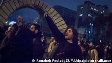 Iran Teheran   Iranische Studenten demonstrieren nach Trauerfeier für die Opfer des Flugzeugabsturzes
