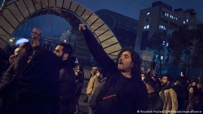 Iran Teheran | Iranische Studenten demonstrieren nach Trauerfeier für die Opfer des Flugzeugabsturzes