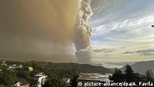 12.01.2020, Philippinen, Tagaytay: Eine Landschaft in der philippinischen Provinz Cavite, südlich der Hauptstadt, wird während eines Ausbruchs des Vulkans «Taal» von riesigen Rauchwolken überzogen. Foto: Aaron Favila/AP/dpa +++ dpa-Bildfunk +++ |
