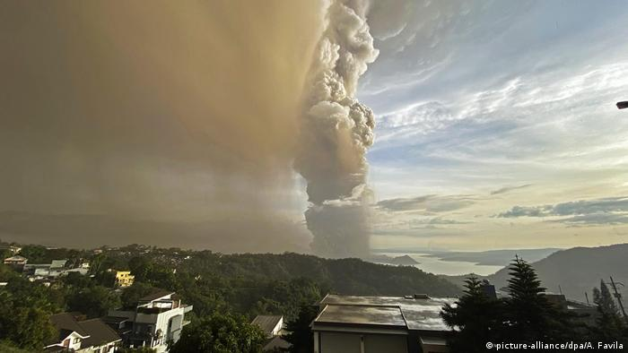 Smokes column viewed from Cavite (picture-alliance/dpa/A. Favila)