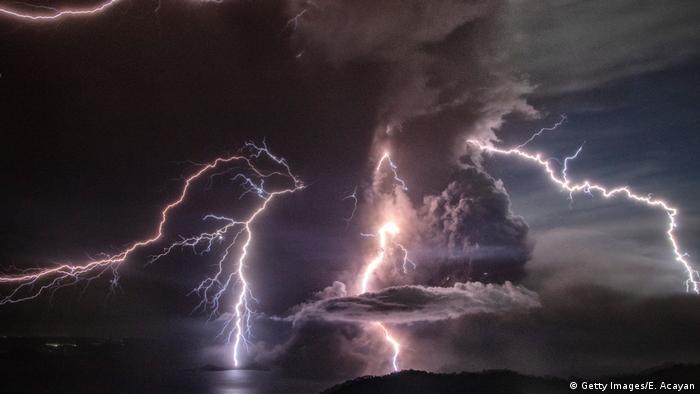 در میان ابرهای غلیظی از دود و خاکستری که آتشفشان به آسمان پراکنده ساخته، رعد و برق می زند و صحنه ای ترسناک ایجاد کرده است. تمامی پروازها از و به مقصد پایتخت فیلیپین لغو گردیده است.