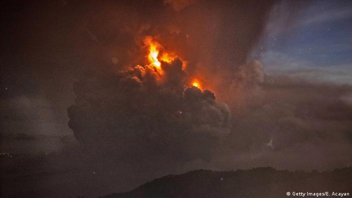 Glühender rauch über dem Vulkan Taal (Getty Images/E. Acayan)