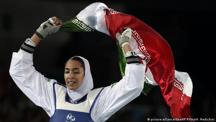 Kimia Alizadeh comemora medalha de bronze nos Jogos Olímpicos do Rio em 2016