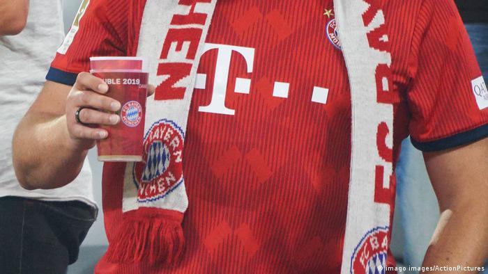Deutschland | Fan mit Trinkbecher | Werbung Sponsor Marketing | FC Bayern München (imago images/ActionPictures)