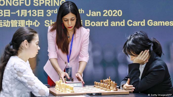 Съдийката по шахмат Шохре Баят (в средата)