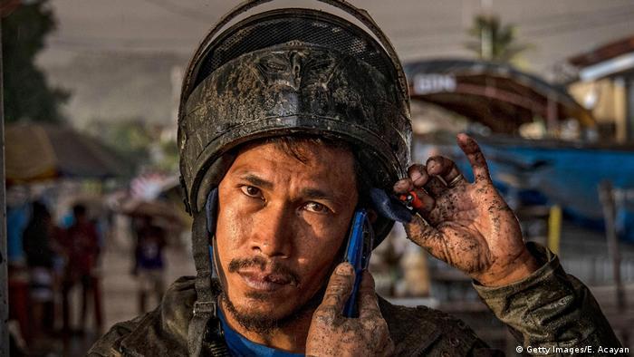 Ausbruch Vulkan Taal: Ein mit Asche bedeckter Mann telefoniert mit dem Handy (Getty Images/E. Acayan)
