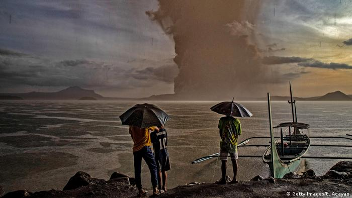 Residents watch outbreak of Taal volcano in the Philippines (Getty Images/E. Acayan)
