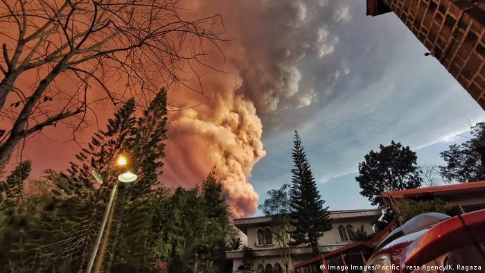 Nuvem de cinzas provocada pelo vulcão Taal nas Filipinas